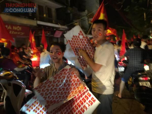 """Đường phố Hà Nội """"rợp"""" màu đỏ sau chiến thắng của Olympic Việt Nam - Hình 15"""