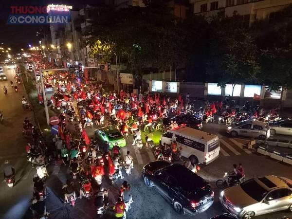 """Đường phố Hà Nội """"rợp"""" màu đỏ sau chiến thắng của Olympic Việt Nam - Hình 14"""
