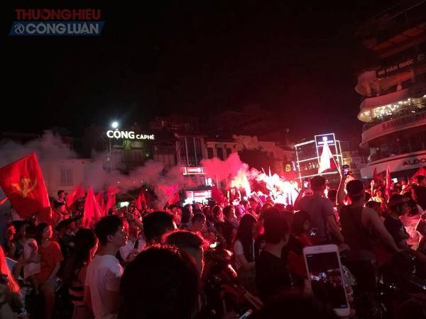"""Đường phố Hà Nội """"rợp"""" màu đỏ sau chiến thắng của Olympic Việt Nam - Hình 13"""