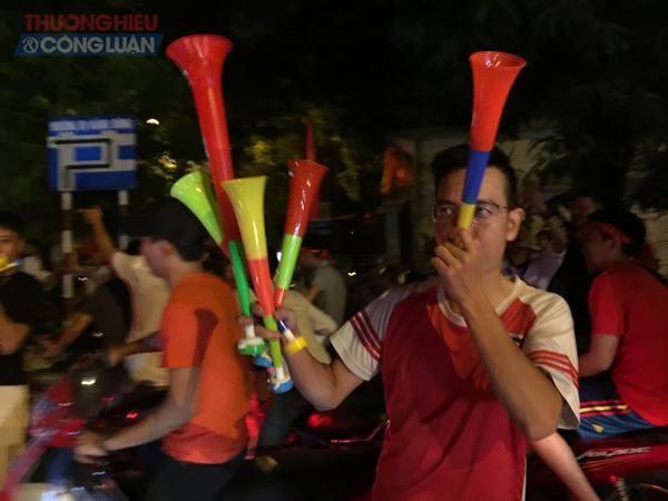 """Đường phố Hà Nội """"rợp"""" màu đỏ sau chiến thắng của Olympic Việt Nam - Hình 12"""