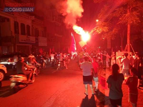 """Đường phố Hà Nội """"rợp"""" màu đỏ sau chiến thắng của Olympic Việt Nam - Hình 11"""