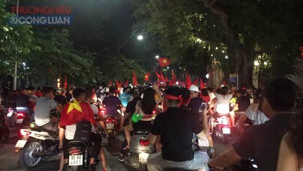"""Đường phố Hà Nội """"rợp"""" màu đỏ sau chiến thắng của Olympic Việt Nam - Hình 10"""