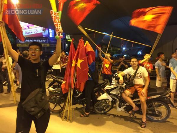 """Đường phố Hà Nội """"rợp"""" màu đỏ sau chiến thắng của Olympic Việt Nam - Hình 9"""