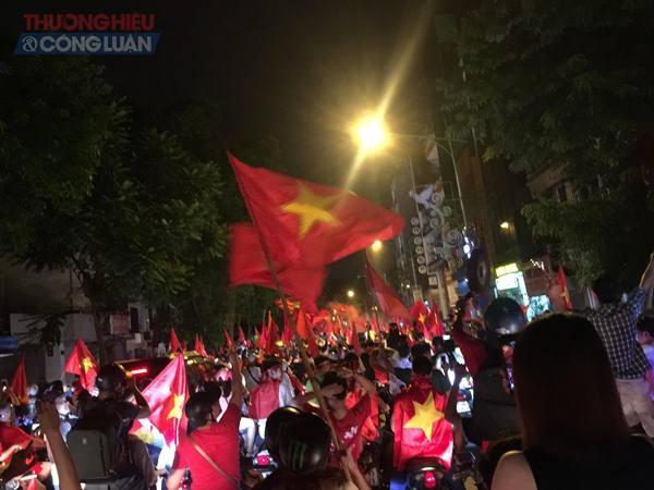 """Đường phố Hà Nội """"rợp"""" màu đỏ sau chiến thắng của Olympic Việt Nam - Hình 8"""