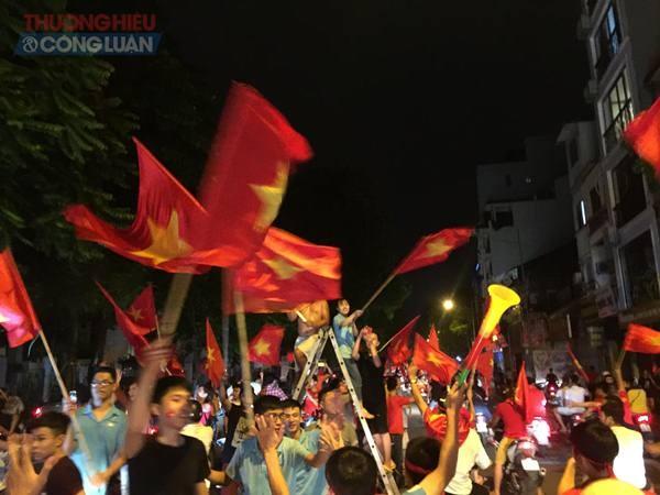 """Đường phố Hà Nội """"rợp"""" màu đỏ sau chiến thắng của Olympic Việt Nam - Hình 7"""