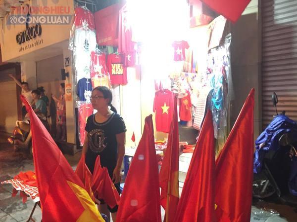 """Đường phố Hà Nội """"rợp"""" màu đỏ sau chiến thắng của Olympic Việt Nam - Hình 6"""