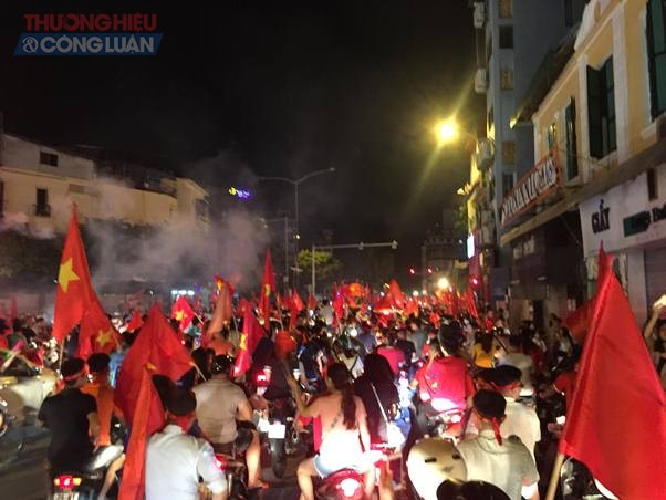 """Đường phố Hà Nội """"rợp"""" màu đỏ sau chiến thắng của Olympic Việt Nam - Hình 5"""