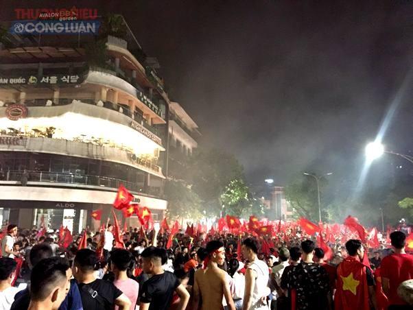 """Đường phố Hà Nội """"rợp"""" màu đỏ sau chiến thắng của Olympic Việt Nam - Hình 4"""