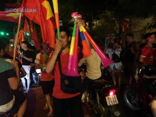"""Đường phố Hà Nội """"rợp"""" màu đỏ sau chiến thắng của Olympic Việt Nam - Hình 2"""
