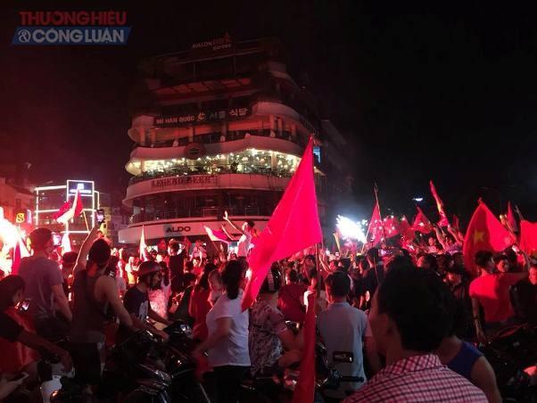 """Đường phố Hà Nội """"rợp"""" màu đỏ sau chiến thắng của Olympic Việt Nam - Hình 1"""