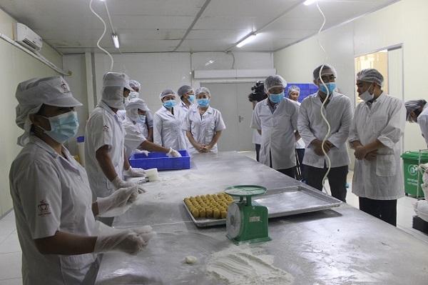 Hà Nội: Tiêu hủy 17.600 chiếc bánh Trung thu không rõ nguồn gốc - Hình 1