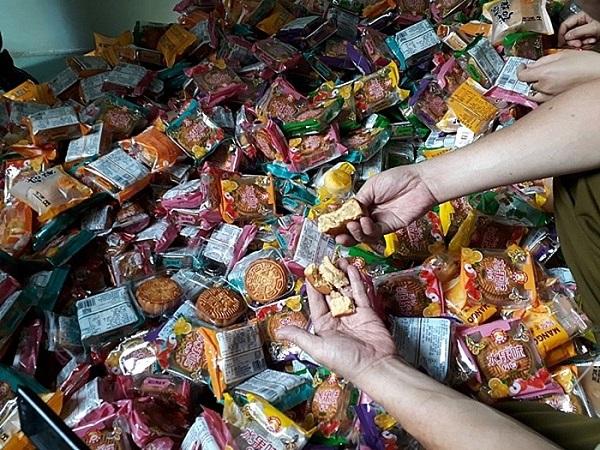Hà Nội: Tiêu hủy 17.600 chiếc bánh Trung thu không rõ nguồn gốc - Hình 2