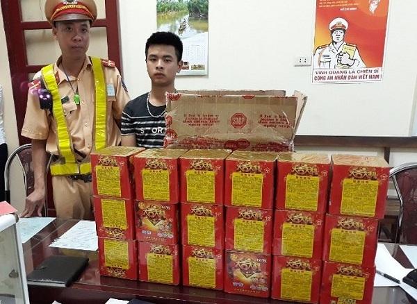 Bắc Giang: Thu giữ gần 30 kg pháo hoa vận chuyển lậu trên đường - Hình 1