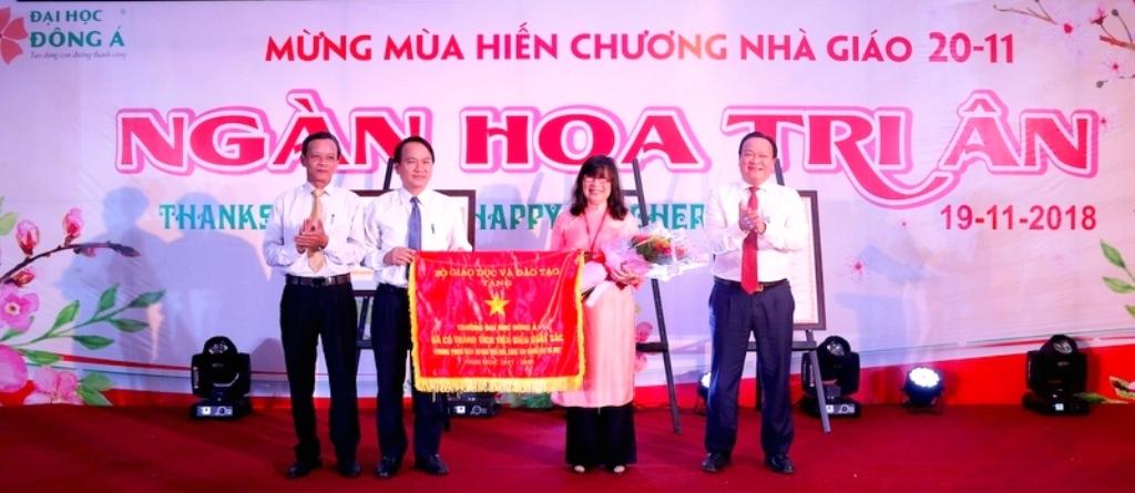 Đà Nẵng: Đại học Đông Á đón nhận Cờ thi đua của Bộ GD&ĐT - Hình 1