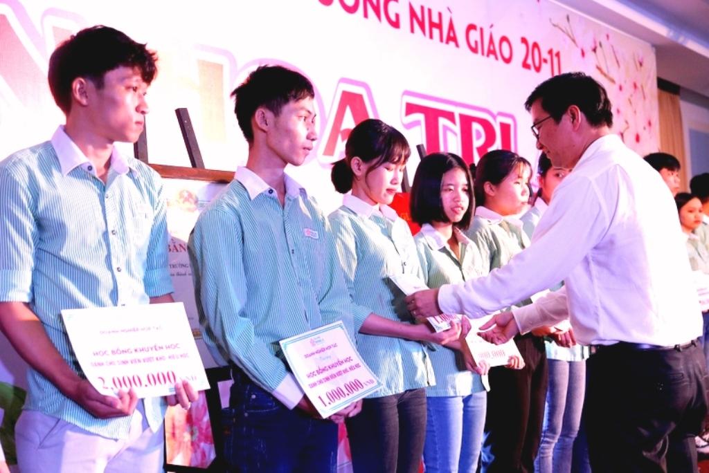 Đà Nẵng: Đại học Đông Á đón nhận Cờ thi đua của Bộ GD&ĐT - Hình 2