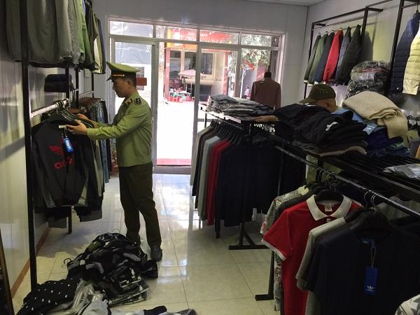 Lạng Sơn: Lực lượng chức năng bắt giữ nhiều quần áo giả nhãn hiệu nổi tiếng - Hình 1