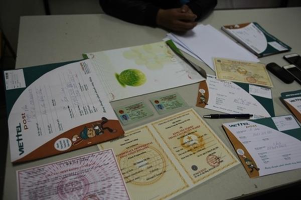 Bắc Giang: Bắt đối tượng làm giả giấy tờ, bằng cấp - Hình 2