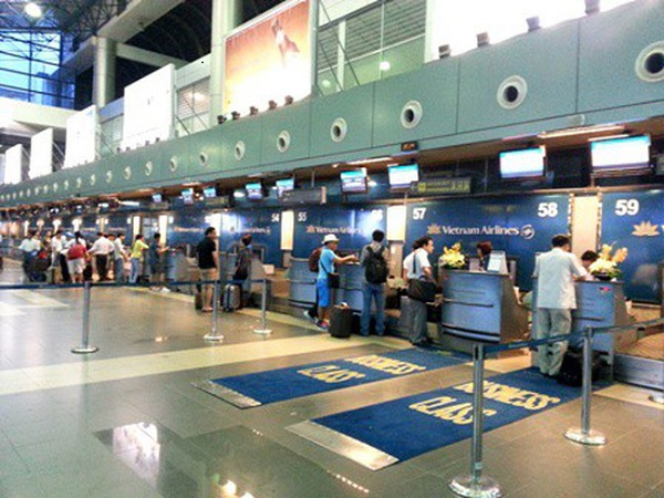 Từ 15/1/2019, chỉ hành khách được vào khu vực làm thủ tục trong giờ cao điểm tại sân bay Nội Bài - Hình 1
