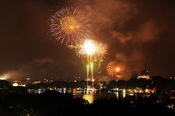 Pháo hoa rực sáng trên bầu trời Hồ Gươm đêm Giao thừa - Hình 3