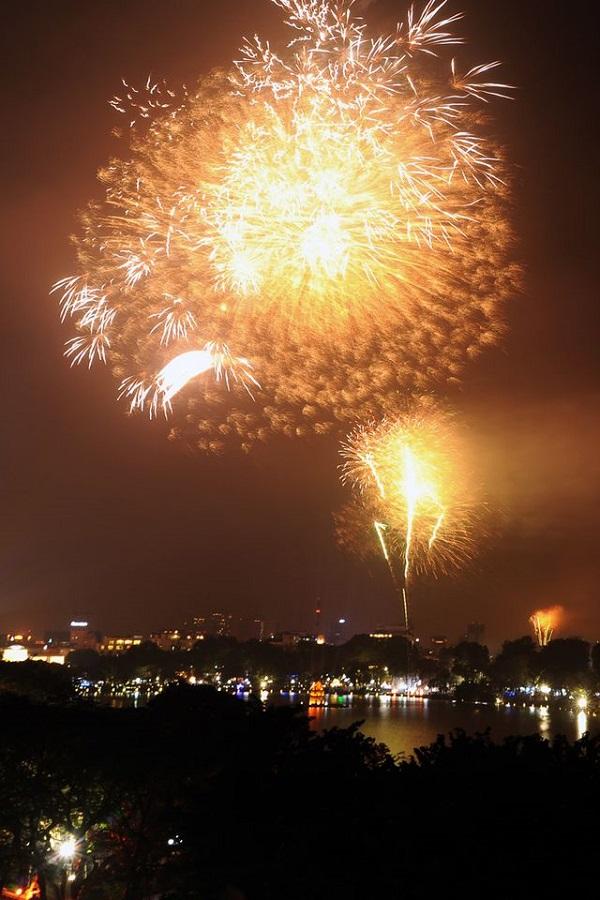 Pháo hoa rực sáng trên bầu trời Hồ Gươm đêm Giao thừa - Hình 2