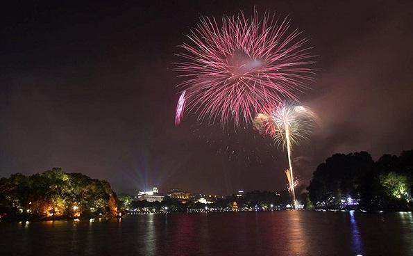 Pháo hoa rực sáng trên bầu trời Hồ Gươm đêm Giao thừa - Hình 6