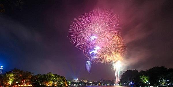 Pháo hoa rực sáng trên bầu trời Hồ Gươm đêm Giao thừa - Hình 4