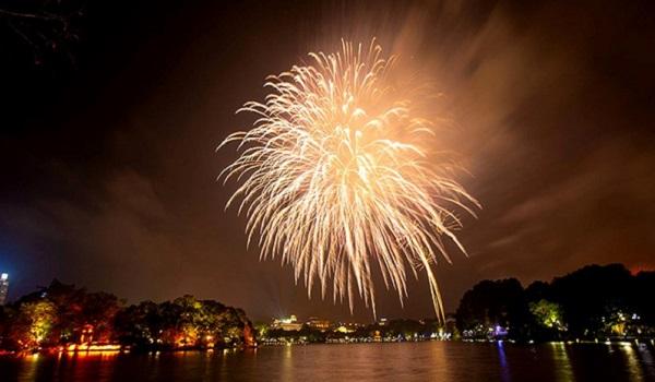 Pháo hoa rực sáng trên bầu trời Hồ Gươm đêm Giao thừa - Hình 1