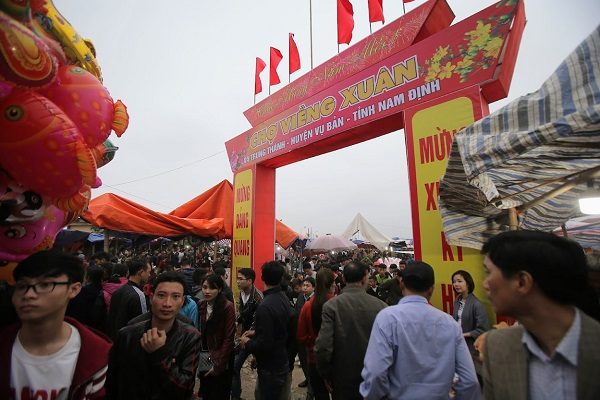Phiên chợ Viềng (Nam Định) chật kín người đến cầu may - Hình 1