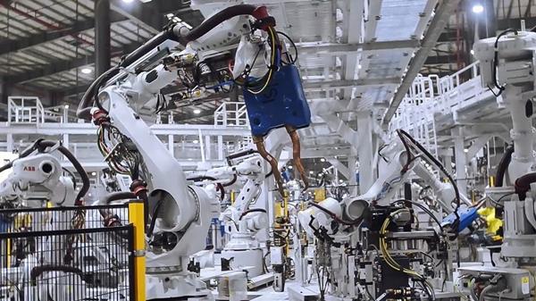 VinFast hoàn thành sản xuất thân vỏ xe LUX SUV đầu tiên - Hình 1