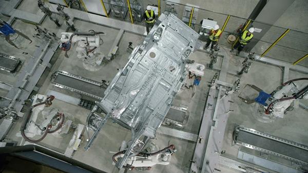 VinFast hoàn thành sản xuất thân vỏ xe LUX SUV đầu tiên - Hình 2
