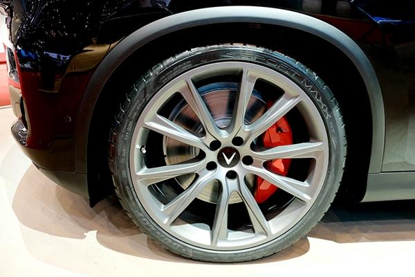 VinFast ra mắt mẫu xe SUV Lux phiên bản đặc biệt tại triển lãm Geneva Motor Show 2019 - Hình 2