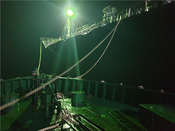 Tạm giữ 7 đối tượng liên quan vụ bán xăng dầu lậu trên vùng biển Quảng Ngãi - Hình 1