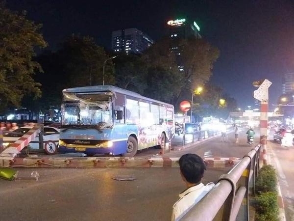Hàng loạt vụ tai nạn giao thông nghiêm trọng xảy ra tại Hà Nội trong đêm ngày 22/4 - Hình 3