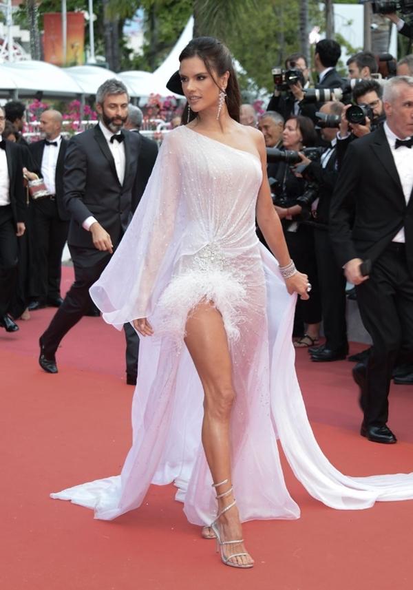 Những bộ trang phục đẹp nhất trong ngày khai mạc Liên hoan phim Cannes 2019 - Hình 7