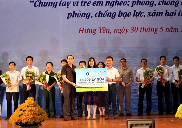Quỹ Sữa Vươn Cao Việt Nam và Vinamilk trao tặng 44.709 ly sữa cho trẻ em Hưng Yên - Hình 1