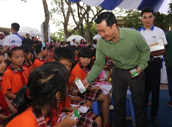 Quỹ Sữa Vươn Cao Việt Nam và Vinamilk trao tặng 44.709 ly sữa cho trẻ em Hưng Yên - Hình 2