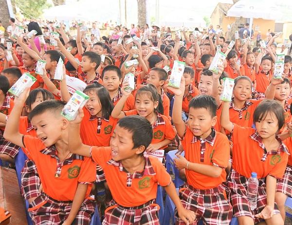 Quỹ Sữa Vươn Cao Việt Nam và Vinamilk trao tặng 44.709 ly sữa cho trẻ em Hưng Yên - Hình 3