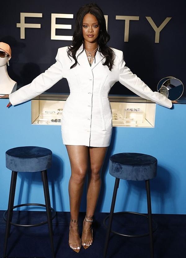 Vượt mặt hàng loạt tên tuổi đình đám, Rihanna trở thành nữ ca sĩ giàu nhất thế giới - Hình 1