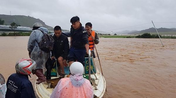 Lâm Đồng: Mưa lũ khiến hàng chục người bị mắc kẹt - Hình 1