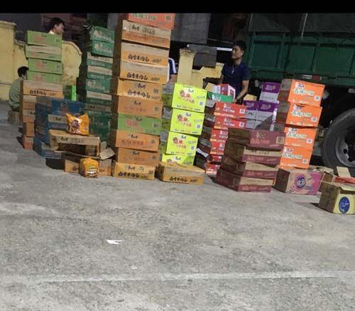 Thanh Hóa: Bắt giữ vụ vận chuyển số lượng lớn mì tôm, nước ngọt không giấy tờ hợp lệ - Hình 1