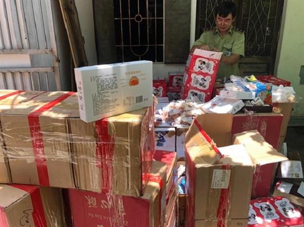 Hà Nội: Tạm giữ 6.228 sản phẩm bánh các loại nhập lậu - Hình 1