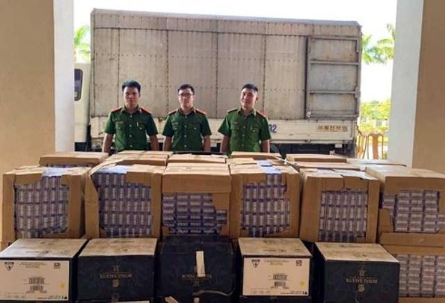 Hà Tĩnh: Bỏ lại 17.000 bao thuốc lá và 60 chai rượu nhập lậu trốn thoát - Hình 1