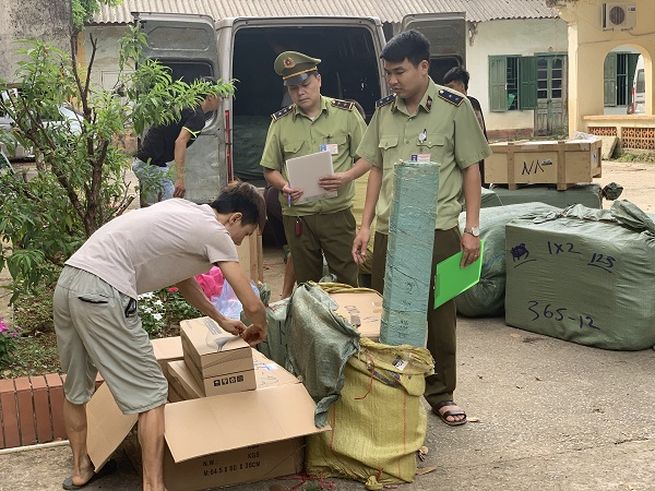 Lạng Sơn: Thu giữ 624 hộp bột tôm muối nhập lậu từ Trung Quốc - Hình 1