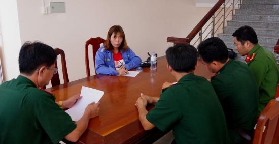 Cán bộ Đồn Biên phòng cửa khẩu cảng Trường Long Hòa tiến hành lấy lời khai của chủ quán Hỷ Hỷ.
