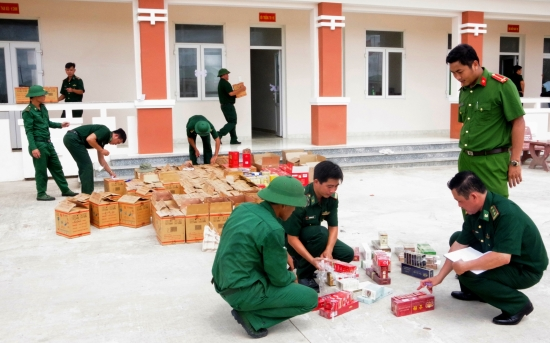 Đồn Biên phòng cửa khẩu cảng Trường Long Hòa thu giữ số hàng hóa không rõ nguồn gốc.