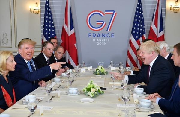 Các nhà lãnh đạo cùng thưởng thức bữa sáng tại Hội nghị G7 (Ảnh: AP)