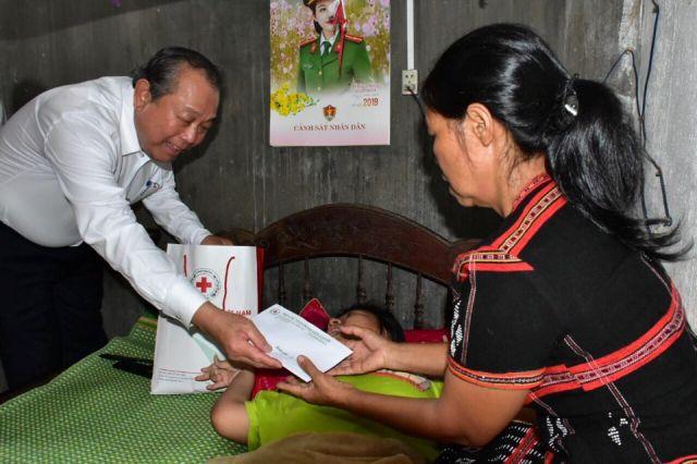 Phó Thủ tướng thăm và tặng quà cho nạn nhân chất độc da cam ở huyện A Lưới