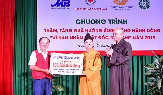 Giáo hội Phật giáo Việt Nam tặng nạn nhân chất độc da cam 100 triệu đồng