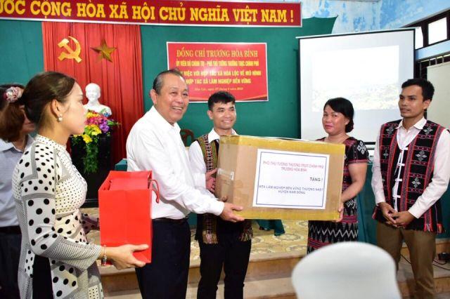 Trao tặng máy vi tính cho HTX Thượng Nhật, huyện Nam Đông