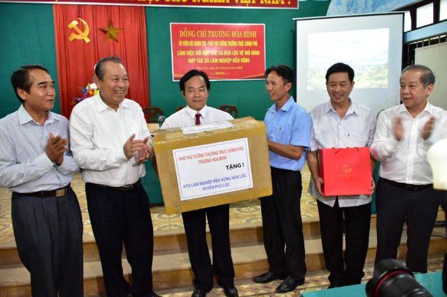 Phó Thủ tướng Trương Hoà Bình trao tặng máy vi tính cho HTX  Hoà Lộc